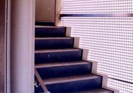 外階段のルーバーにFRPグレーチングを設置した事例