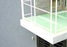 ベランダの床材にFRPグレーチングを使用した事例