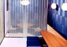 飲食店の室内間仕切りとしてFRPグレーチングを使用した事例