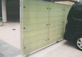 小学校の門扉にFRPグレーチングを使用した事例