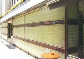 店舗の外壁にFRPグレーチングを使用した事例