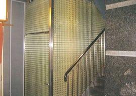 マンションのパイプシャフトの壁面にFRPグレーチングを使用した事例