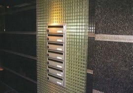 マンションのポスト周りの壁面にFRPグレーチングを使用した事例
