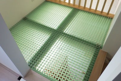 住宅の2階の吹き抜けの床材としてFRPグレーチングを設置した事例 (東京都八丈島 O社様)