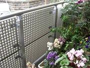 塀垣の間仕切りとしてFRPグレーチングを使用した事例