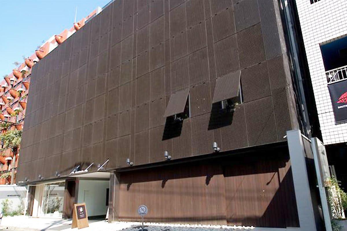 商業ビルの外壁に使用したFRPグレーチング