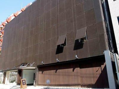 商業ビルの外壁にFRPグレーチングを使用した事例