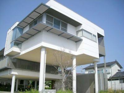 建物の外観にFRPグレーチングを使用した事例