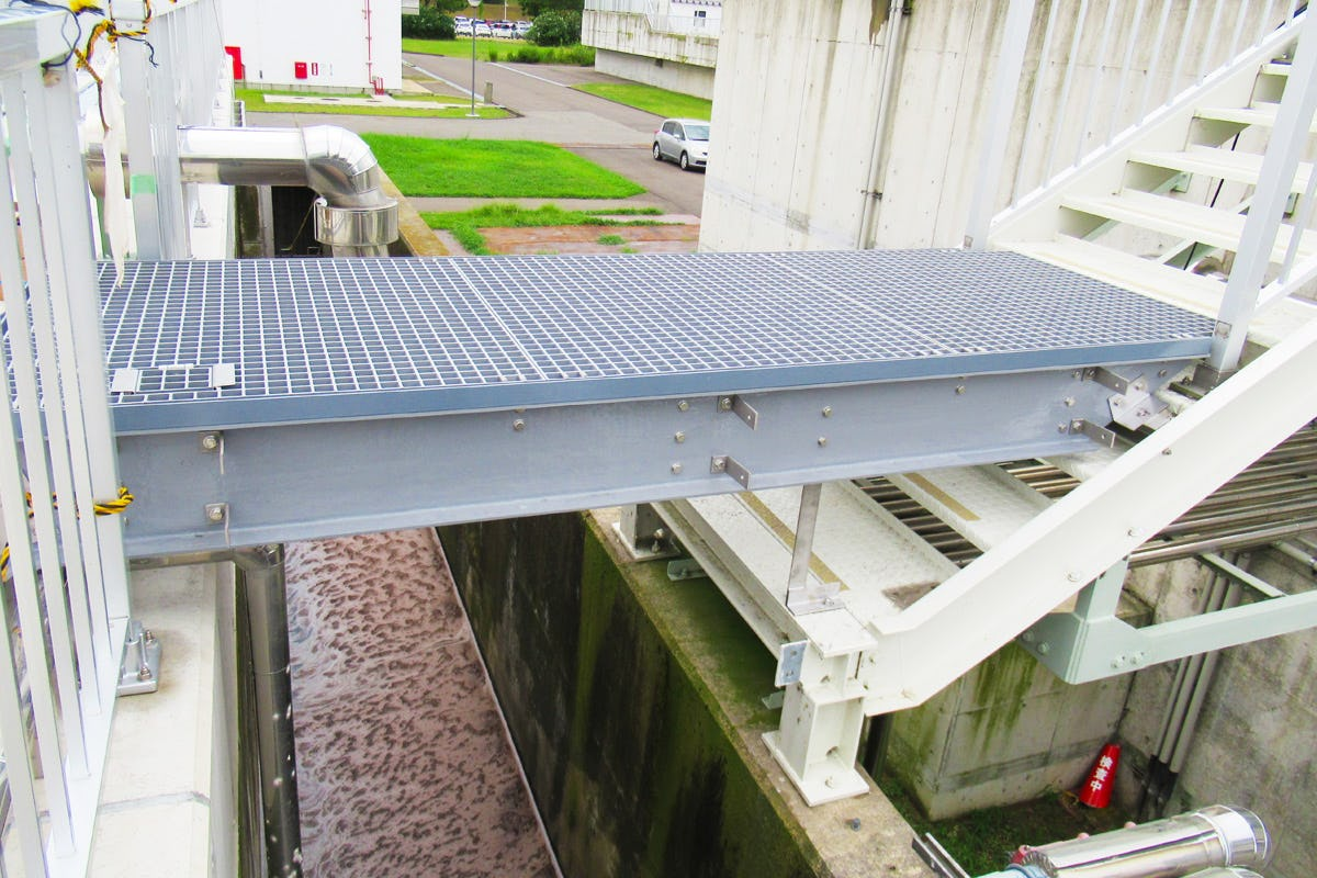 プラントの歩廊や階段踏板に使用したFRPグレーチング