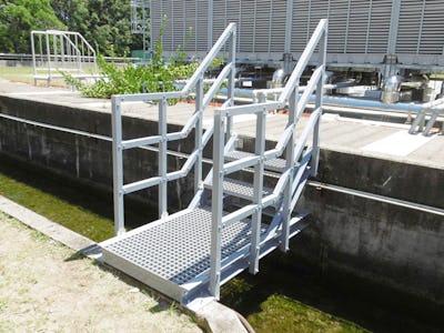 プラントの歩廊や階段踏板にFRPグレーチングを使用した事例