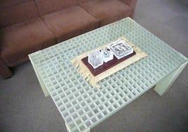 デザインテーブルの天板にFRPグレーチングを使用した事例